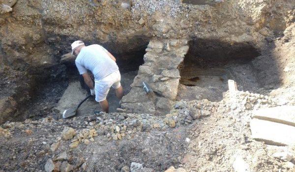 На Среднеохтинском проспекте раскопали фундаменты зданий города Ниена